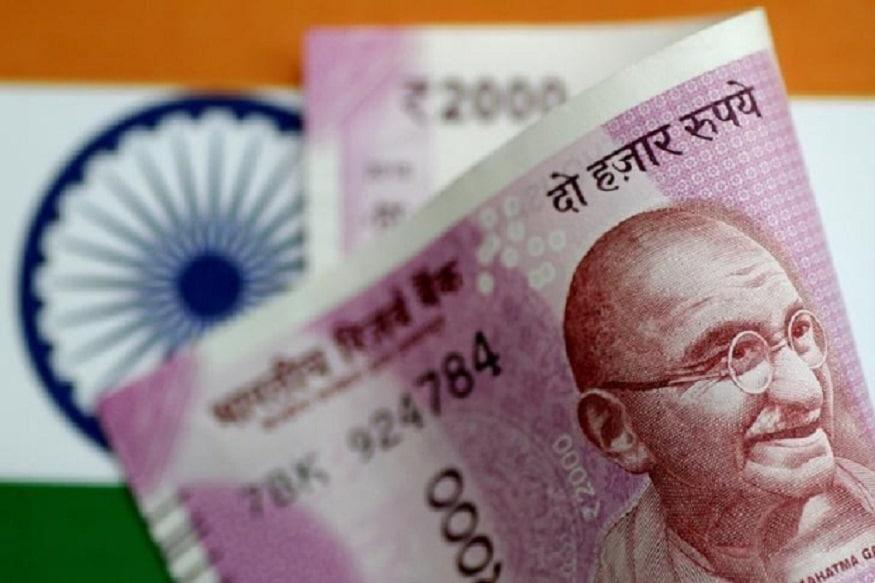 दुनिया भर कीअर्थव्यवस्था में जहां साल 2019 और 2020 में आर्थिक मंदी का खतरा मंडरा रहा है.वहीं भारत की अर्थव्यवस्था की विकास दर दोनों साल के दौरान 7.3 फीसदी रहने का अनुमान है, क्योंकि भारत पर आर्थिक मंदी का खतरा इस बार कम रहेगा. यह अमेरिकी रेटिंग एजेंसी मूडीज ने अपनी रिपोर्ट में कहा है. हाल ही में वर्ल्ड बैंक ने भी अपनी आर्थिक मंदी को लेकर सावधान किया है. अर्थशास्त्रियों का कहना है किदुनियाभर कीअर्थव्यवस्थाएं एक बार फिर संकट में घिर सकती हैं. इसके बड़ा कारण बढ़ता हुआ कर्ज, बैंकिंग सिस्टम का चरमरा जाना और अमेरिका-चीन के बीच ट्रेड वॉर है. आइए जानें इसके बारे में...