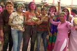 VIDEO : जमशेदपुर व रांची में होली की धूम, महिला व युवतियों ने खूब उड़ाया गुलाल