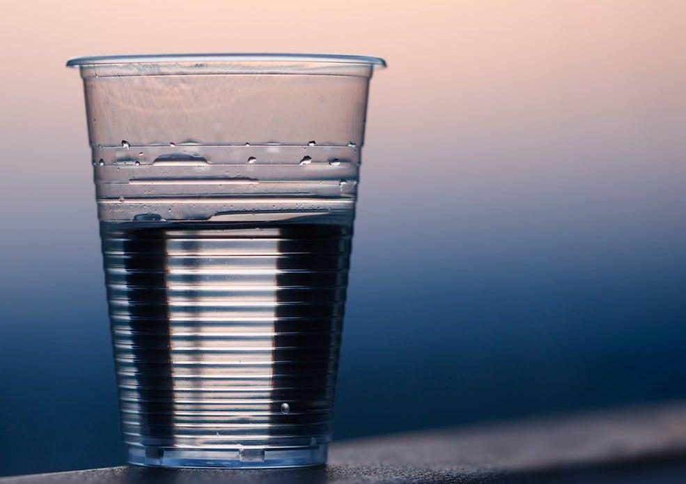 प्योरिफाइड वॉटर (Purified Water)-ये टैप या ग्राउंड वॉटर होता है जिसे प्योरिफाई किया जाता है. इसमें से हर प्रकार के बैक्टीरिया, फंगाई और पैरासाइट निकाल दिए जाते हैं. इसका मतलब है कि ये पीने में एकदम सेफ होता है.फायदेःअगर आपके पास प्योरिफाई होकर डायरेक्ट पानी आ रहा है तो वह सेहत के लिए फायदेमंद होता है. कई देश ऐसे हैं जहां टैप वॉटर ही प्योरिफाई होकर आता है. तो अगर आप किचन सिंक से भरकर क गिलास पानी पी रहे हैं तो ये सेहत के लिए किसी भी तरह से नुकसानदेह नहीं है.नुकसानःये काफी महंगा होता है. अगर आप टैप में प्योरिफाई लगावा रहे हैं तो खर्चा काफी हो सकता है जो हर कोई सहन नहीं कर सकता.