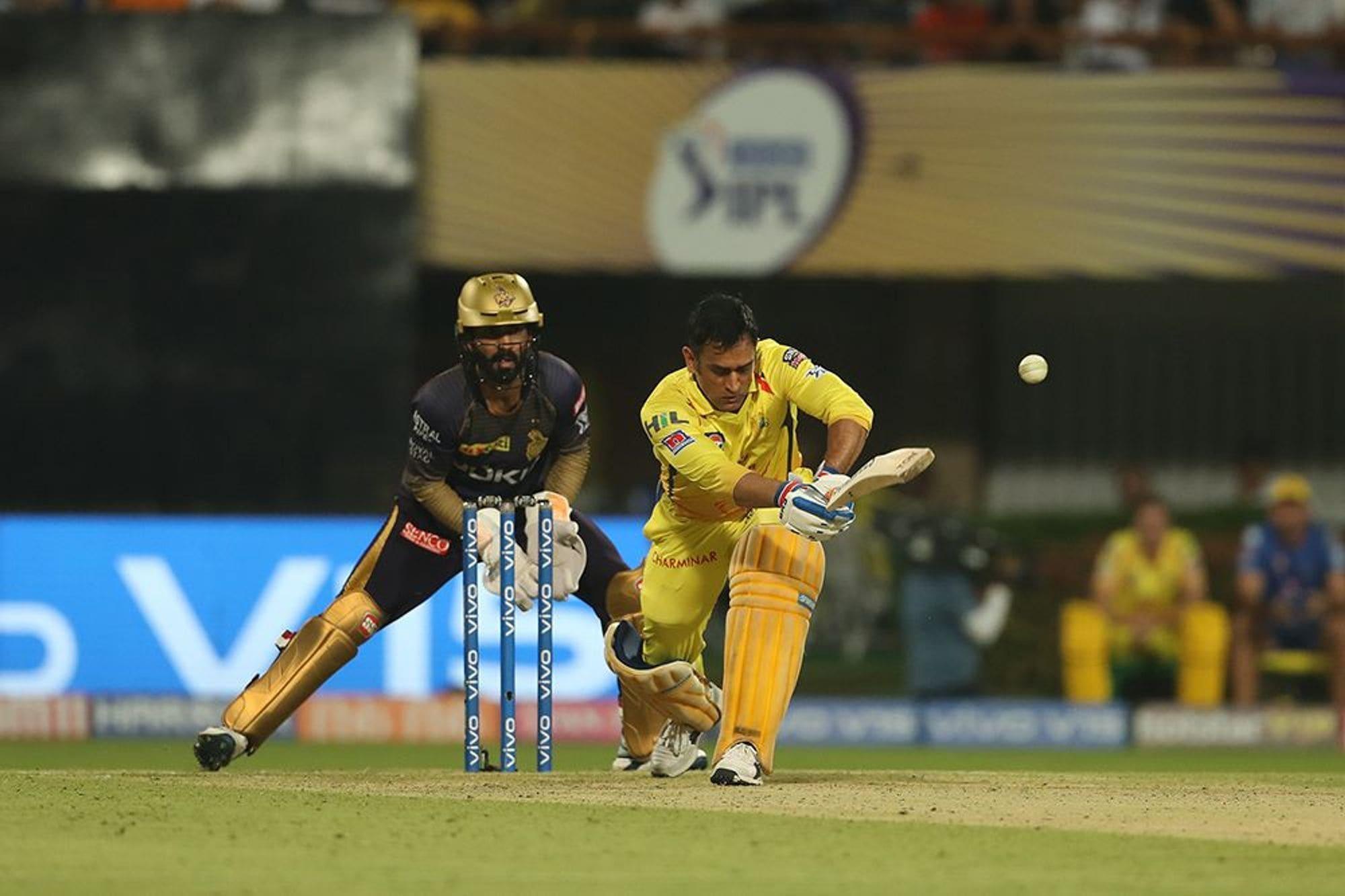 कुछ लोग होतें है जो मिट्टी को भी छू लें तो वो सोना बन जाती है. ये बात एम एस धोनी पर बिलकुल सटीक बैठती है. दिल्ली को 80 रनों से मात देने के बाद एक बार फिर क्रिकेट एक्सपर्ट हर्षा भोगले ने धोनी से पूछा कि चेन्नई की सफलता का राज क्या है? लेकिन धोनी ने जवाब नहीं दिया, उन्होंने बातें गोल-गोल घुमा दी. चलिए धोनी ने तो चेन्नई की जीत का राज नहीं खोला लेकिनहम आपको बताते हैं कि धोनी की इस सफलता का राज आखिर है क्या... (PC -IPL)