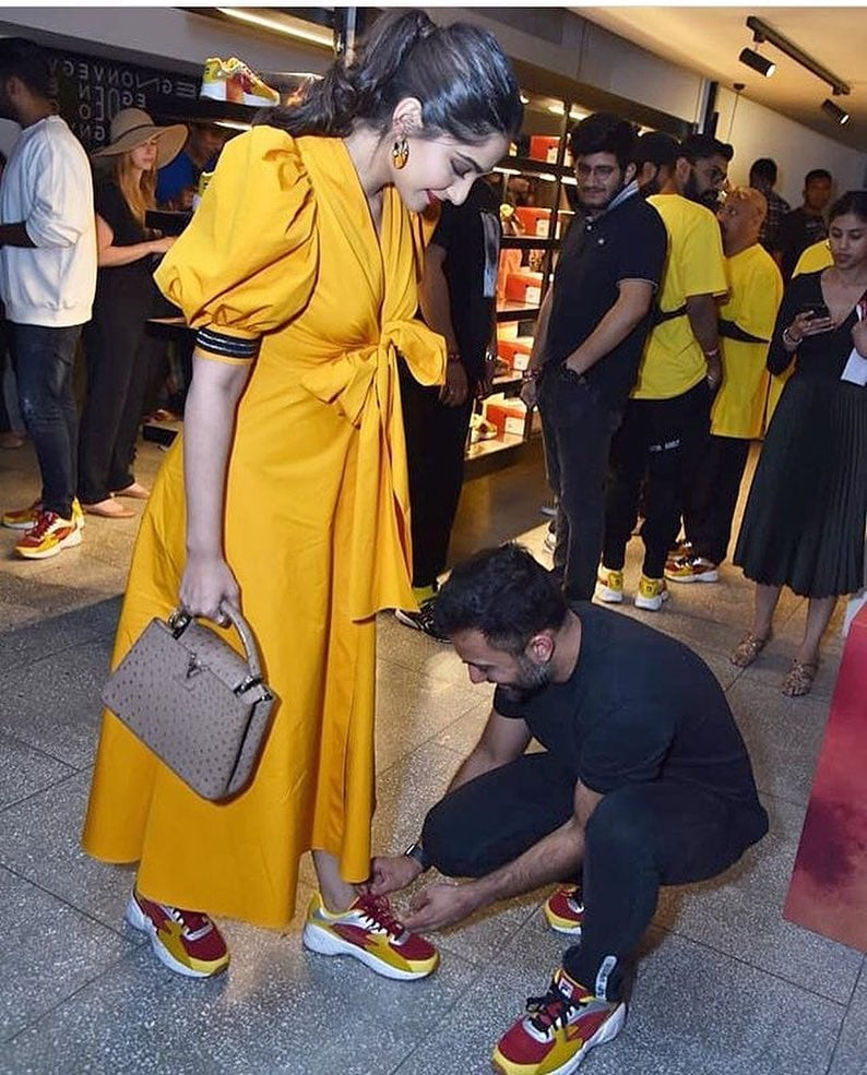 अपने जूतों के स्टोर के उद्घाटन पर पहुंचे आनंद आहूजा ने पत्नी सोनम कपूर को जूतों के फीते बांधने के लिए झुकने नहीं दिया. इस तस्वीर को देखकर सोशल मीडिया पर लोगों ने कयास लगाए की अभिनेत्री सोनम कपूर शायद गर्भवती हो गई हैं.
