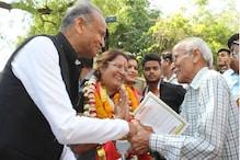 सीएम गहलोत और डिप्टी सीएम पायलट ने जयपुर में घर घर जाकर बांटे पर्चे और मांगे वोट