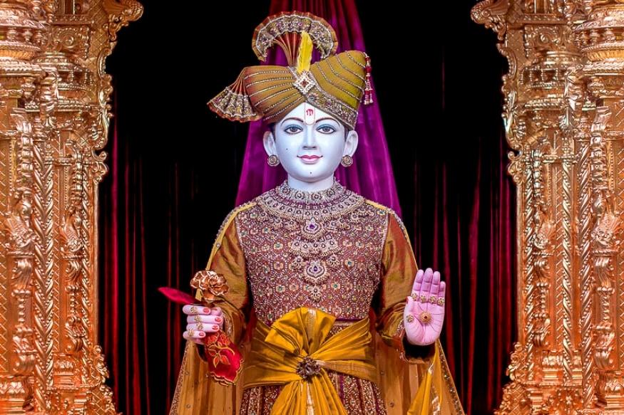 अक्षरधाम मंदिर दुनिया भर में अपनी वास्तुकला की खूबसूरती के चलते चर्चित हैं. सबसे भव्य मंदिरों में उनकी गिनती की जाती है. इन मंदिरों की टैगलाइन ही होती है- यह वह स्थान है, जहां कला चिरयुवा है, संस्कृति असीमित है और मूल्य कालातीत हैं.