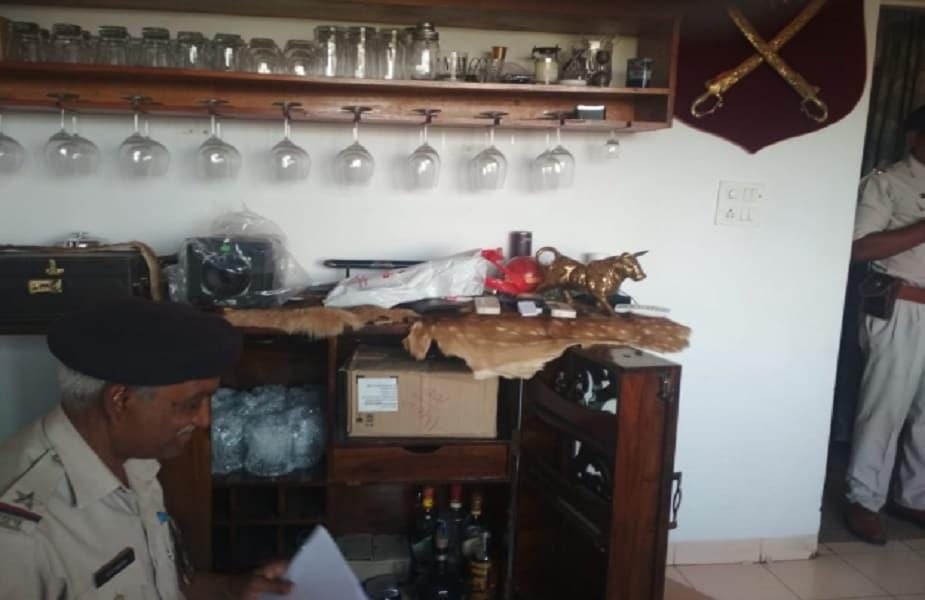 अश्विनी के घर बार भी बना हुआ था. यहां महंगी शराब रखी मिलीं.