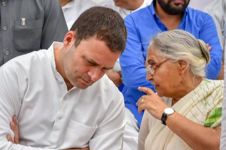 1984 के आम चुनावों में जब इंदिरा गांधी की हत्या के बाद कांग्रेस के समर्थन में राजनीतिक लहर चली तो शीला दीक्षित ब्राह्मण बहुल कन्नौज सीट से चुनकर लोकसभा पहुंचीं. गांधी परिवार से शीला दीक्षित की नजदीकियों का अंदाजा इसी से लगाया जा सकता है कि जब इंदिरा गांधी की हत्या की ख़बर सुनकर राजीव गांधी कलकत्ता से दिल्ली के लिए जा रहे थे तो उनके साथ उस विमान में प्रणब मुखर्जी के साथ शीला दीक्षित भी थीं और इन्ही ने उनके प्रधानमंत्री बनाए जाने की रणनीति बनाई थी.