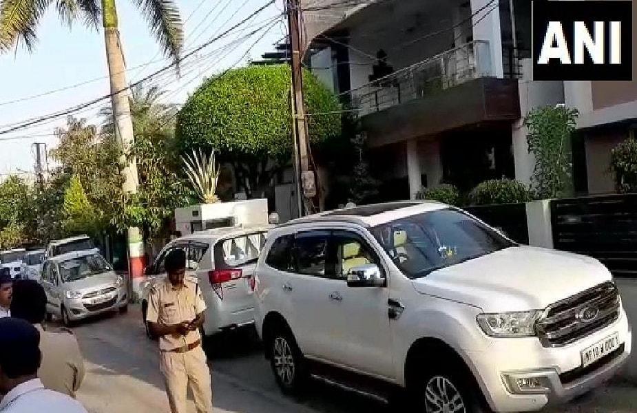 मध्य प्रदेश के मुख्यमंत्री कमलनाथ के निजी सचिव के घर आयकर विभाग का छापा पड़ा है. उनके इंदौर, भोपाल और दिल्ली स्थित ठिकानों पर ताबड़तोड़ छापेमार कार्रवाई की गई है.