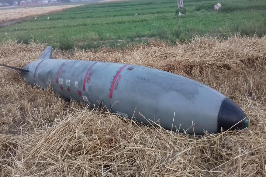 अम्बाला के गांव रोला में उस वक्त अफरा-तफरी मच गई जब आसमान से गुज़र रहे लड़ाकू विमान से कुछ बमनुमा चीज़ खेतों में आ गिरी.