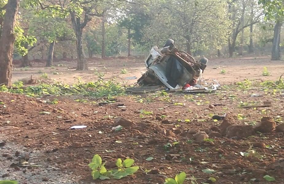 छत्तीसगढ़ से एक बड़ी खबर सामने आई है. दंतेवाड़ा जिले में नक्सलियों ने बीजेपी विधायक भीमा मंडावी के काफिले पर हमला किया है. कहा जा रहा है कि नक्सलियों ने आईईडी ब्लास्ट किया है. इस ब्लास्ट में सुरक्षा बल के 5 जवानों के शहीद होने की सूचना हैं. खबर है कि दंतेवाड़ा के बीजेपी विधायक भीमा मंडावी भी हमले में मारे गए हैं.