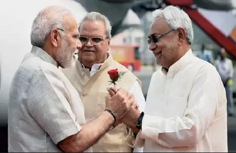 बिहार में राष्ट्रीय जनतांत्रित गठबंधन (एनडीए) हो या फिर महागठबंधन दोनों को अपनों से ही चुनौती मिल रही है. कहीं, भाजपा के बागी नेताओं ने पार्टी के लिए अड़ंगा लगाना शुरू कर दिया है तो कहीं टिकट न मिलने से नाराज आरडेजी के नेताओं ने बगावती तेवर अख्तियार कर लिए हैं. ऐसे में सभी पार्टियों को अपनों से ही चुनौती मिलनी शुरू हो गई है. तो आइए आज पढ़ते हैं कौन- कौन ऐसे बागी नेता हैं जो एनडीए या महागठबंधन के खेल को बिगाड़ सकते हैं. रिपोर्ट- साकेत कुमार