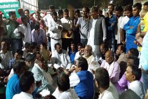 मुजफ्फरपुर समाहरणालय में धरने पर बैठे रघुवंश प्रसाद सिंह