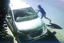 घर के बाहर बदमाशों की टोली ने जमकर मचाया उत्पात, देखें CCTV VIDEO