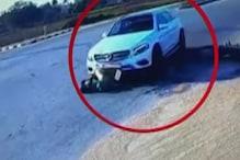 तेज़ रफ्तार मर्सेडीज़ के नीचे आए बाइक सवार, देखें CCTV VIDEO