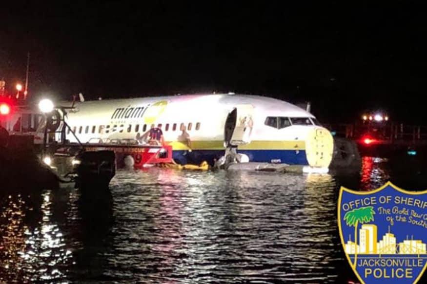 अमेरिका के फ्लोरिडा में शुक्रवार को एक अजीब हादसा हुआ. एक बोइंग 737 कॉमर्शियल जेट विमान लैंडिंग के वक्त रनवे से फिसलकर सेंट जॉन नदी में जा गिरा. नेवल एयर स्टेशन जैक्सनविले के एक प्रवक्ता ने बताया कि उस वक्त विमान में 136 लोग मौजूद थे. हालांकि इस हादसे में किसी के हताहत होने की ख़बर नहीं है. लेकिन इससे बोइंग के विमानों पर फिर से सवाल खड़े होने शुरू हो गए हैं.