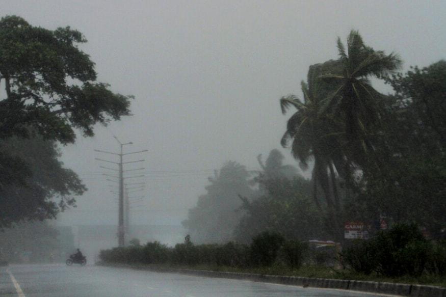 चक्रवात फानी ओडिशा से टकरा चुका है मौसम विभाग के मुताबिक 200 किमी प्रति घंटे से भी तेज़ हवाएं चल रही हैं और बारिश भी हो रही है.