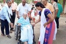 तस्वीरों में देखिए मध्य प्रदेश में मतदान के रंग, मतदान केंद्रों पर लगीं लंबी कतारें