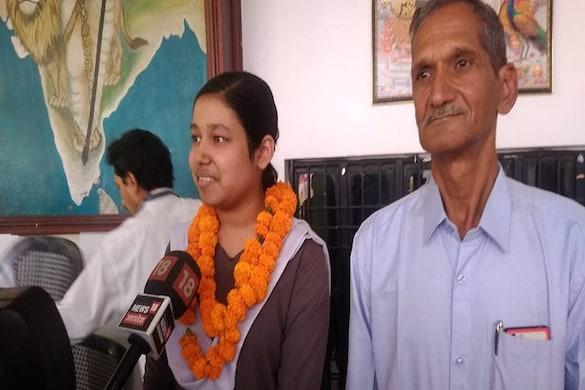 न्यूज18 से बात करतीं वैष्णवी सिंह साथ में उनके पिता अवधेश सिंह