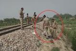 UP पुलिस का शर्मनाक चेहरा, शव को जूते से पलट रहा था सिपाही