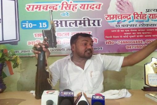 बिहार के भभुआ से पूर्व विधायक रामचंद्र यादव हथियार लहराते हुए