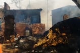 VIDEO: गांव में भड़की आग, चपेट में आए एक दर्जन मकान