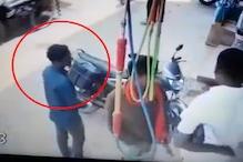 शातिर चोर ने डिक्की तोड़कर ऐसे उड़ाया कैश, देखें CCTV