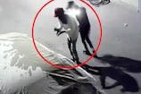 घर के बाहर खड़ी गाड़ी में लगाई आग, CCTV में कैद बदमाश