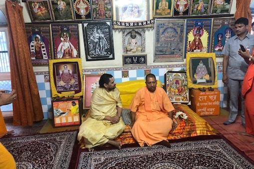 अयोध्या में साधु-संतों के साथ मुख्यमंत्री योगी आदित्यनाथ