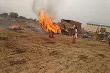 अतिक्रमण हटाने गयी टीम से भिड़ी महिला, जलती झोपड़ी में कूदी