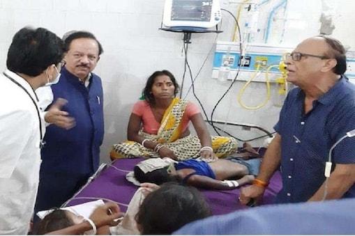 मुजफ्फरपुर के एसकेएमसीएच अस्पताल में बीमार बच्चों से मिलते स्वास्थ्य मंत्री हर्षवर्धन