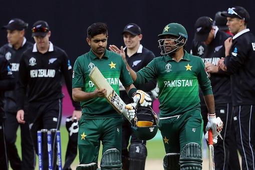 पाकिस्तानी कप्तान सरफराज अहमद शतक लगाने के लिए बाबर  आजम का उत्साह बढ़ाते हुए
