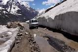 बर्फ पर्यटकों को रोमांच से भर देती हैं पर सड़कें डराती हैं