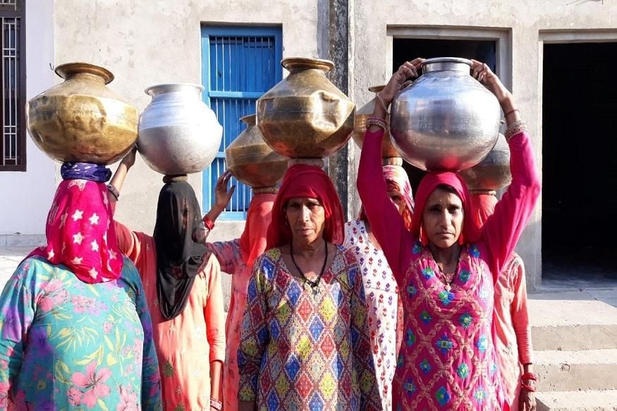 फतेहाबाद जिले के सबसे बड़े गांव गोरखपुर में पेयजल संकट लगातार गहराता जा रहा है. हालत यह हो गए हैं कि ग्रामीणों को दूर दराज के क्षेत्रों से पानी लाना पड़ रहा है या फिर महिलाएं अपने सिर पर पानी ढोने को मजबूर हो रही हैं.