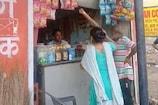 VIDEO: मनचले दुकानदार की महिला ने झाड़ू और चप्पल से की धुनाई