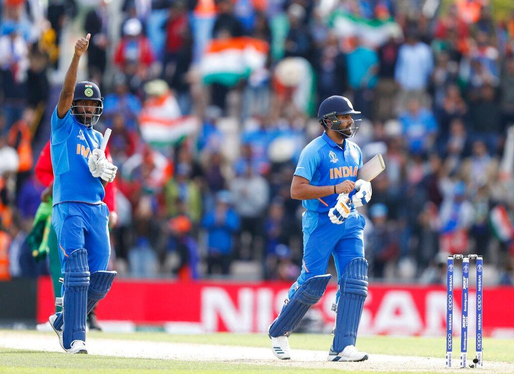 भारत ने दक्षिण अफ्रीका को 6 विकेट से हराकर आईसीसी क्रिकेट वर्ल्ड कप 2019 में जीत से शुरुआत की है. टीम इंडिया ने गेंदबाजों और रोहित शर्मा के जबरदस्त खेल के बूते दक्षिण अफ्रीका को हराया. युजवेंद्र चहल(4 विकेट) और जसप्रीत बुमराह(2 विकेट) की जबरदस्त गेंदबाजी के आगे दक्षिण अफ्रीका के बल्लेबाज बड़ा स्कोर नहीं बना पाए. यह तो भला हो क्रिस मौरिस(42) और कागिसो रबाडा(31) का जिनकी पारियों के बूते दक्षिण अफ्रीका ने 227 रन का लड़ने लायक स्कोर बनाया. रोहित शर्मा ने नाबाद 112 रन की पारी खेली और टीम को 47.3 ओवर में लक्ष्य तक पहुंचा दिया. आइए जानते हैं कौन रहे भारत की जीत के नायक:(AP Photo)