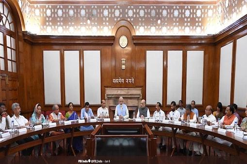 पीएम मोदी अपने दूसरे कार्यकाल की पहली कैबिनेट मीटिंग में शामिल होते हुए(फोटो साभार-पीआईबी)