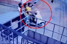 CCTV: बदमाशों ने लॉक तोड़कर चुराई घर के बाहर खड़ी स्कूटी