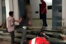 छेड़खानी के आरोप में लड़की ने डंडे से की युवक की पिटाई