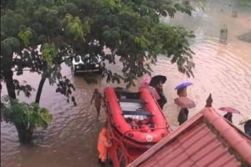 बारिश की तीव्रता कम हो गई है, लेकिन राज्य के तटीय इलाके में समुद्र उफान पर हैं.