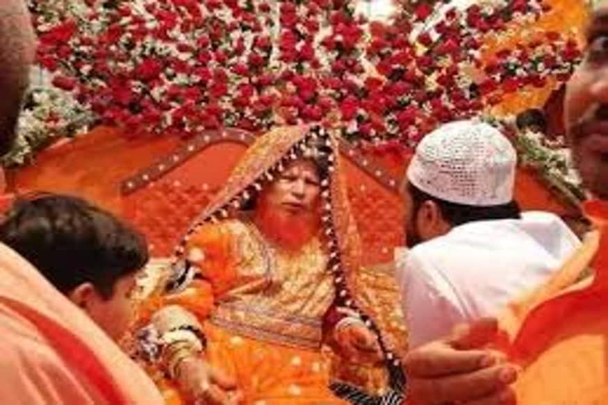 भारत की राधे मां को हर किसी ने देखा है लेकिन पड़ोसी मुल्क पाकिस्तान में भी एक राधे मां हैं ये शायद ही किसी को पता हो. पाकिस्तान के सिंध प्रांत में दुल्हन की वेशभूषा में कोई राधे मां नहीं बल्कि इस्लामिक धर्मगुरु लोगों को धर्म की शिक्षा देता है. नारंगी रंग की दाढ़ी के साथ दुल्हन की वेशभूषा में एक फोटो सोशल मीडिया पर तेजी से वायरल हो रहा है. हर कोई धर्मगुरु का ये रूप देखकर हैरान है.