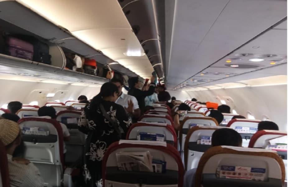 इंदौर का देवी अहिल्या एयरपोर्ट आज से इंटरनेशनल हो गया है. इसी के साथ ये मध्यप्रदेश का पहला इंटरनेशनल एयरपोर्ट बन गया है. यहां दुबई के लिए पहली इंटरनेशनल फ्लाइट ने उड़ान भरी. एयर इंडिया के सीएमडी अश्विनी लोहानी खुद इस मौके पर मौजूद थे.