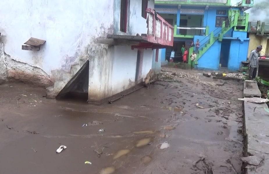 पानी के साथ ये मलबा करीब एक दर्जन घरों में घुस गया. सुबह लगातार बारिश और गड़गड़ाहट सुनकर गांववाले घरों से निकल गए थे और छतों पर पहुंच गए थे.