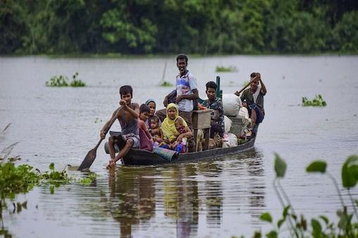 असम में बाढ़ से भारी तबाही मची है