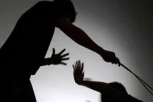 कलेक्टर ने इस मामले में संस्था के प्रधान पाठक और पिटाई करने वाले शिक्षक को सस्पेंड कर दिया है.  (Demo pic)