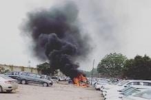 पार्किंग में खड़ी कार में लगी आग, दो अन्य कारों को भी चपेट में लिया
