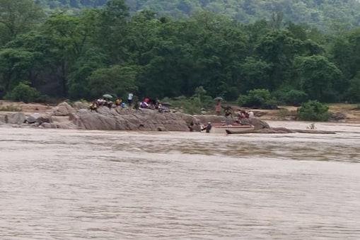 छत्तीसगढ़ के दंतेवाड़ा में उफनती नदी के बीचों बीच एक बोट खराब हो गई, इसके चलते करीब आधा दर्जन लोग बीच नदी में ही फंस गए हैं.