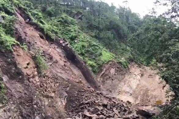 चंपावत में धौन के पास NH9 सुबह साढ़े दस बजे से बन्द है. यहां पहाड़ी से लगातार  भारी भरकम बोल्डर गिर रहे हैं.