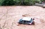 तेज धार में बह रही थी कार, जान जोखिम में डाल बचाया