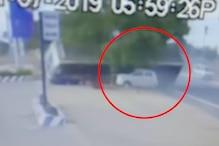 ओवर टेक करने के चक्कर में लुढ़कते-लुढ़कते बची बस, देखें CCTV
