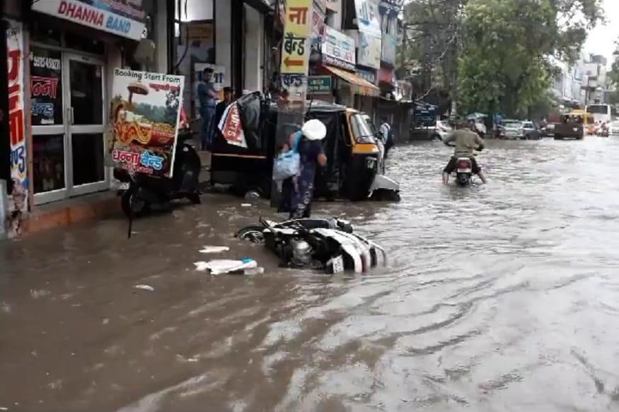 सोनीपत में मानसून से पहले मंत्री और आला अधिकारियों ने बैठक कर बारिश के इंतजामों के लिए सभी को दिशा निर्देश दिए थे. लेकिन दावे सिर्फ दावे ही बनकर रह गए. सोनीपत में महज 10 मिनट की बारिश ने ही सभी दावों की पोल खोल कर रख दी. पूरे शहर में पानी भर गया और वाहन तैरते नजर आए.