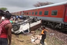 दिल्ली सराय रोहिल्ला ट्रेन से टकराई पिकअप, परखच्चे उड़े