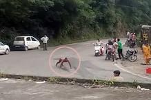 VIRAL VIDEO: बिलासपुर में हाईवे पर अर्धनग्न शराबी का ड्रामा